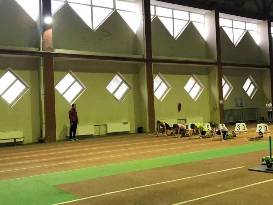 Atletika üzrə Bakı çempionatı start götürüb