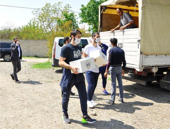 """""""Qarabağ"""" klubunun futbolçuları ehtiyacı olan insanlara yardım payladı"""