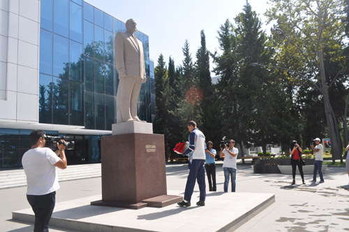 Olimpiya medalçısı Heydər Əliyevin abidəsini ziyarət etdi - FOTOLAR